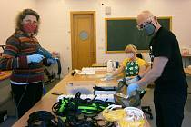 Pedagogové oboru produktový design sklářské školy v Železném Brodě dezinfikují komponenty obličejových štítů ještě před jejich distribucí do zdravotnických zařízení.