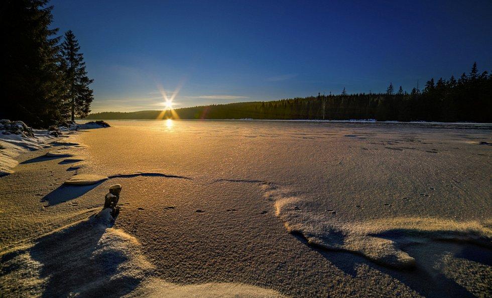 Třpyt Černé Nisy při západu Slunce