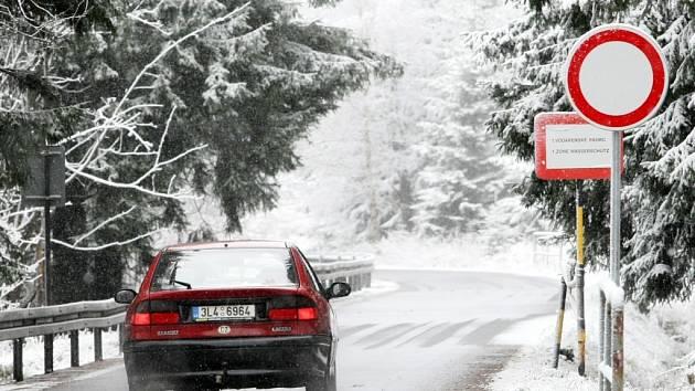 Sníh je pryč, o víkendu zmizí i dopravní značka se zákazem vjezdu.
