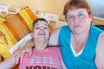 O postiženou Evu se její matka Vlasta Fialová musí starat sama. Nikdo k ní už chodit nechce. Prý proto, že poukázala na jejich podvody. Oni jí označují za notorickou stěžovatelku.