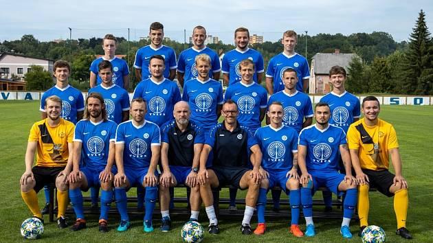 TÝMOVÉ FOTO. Trenér Miroslav Jeník je ve spodní řadě pátý zleva.