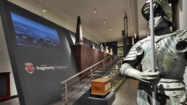 Expozice Liberecké fragmenty představuje dějiny města Liberce determinované jednotlivými předměty ze sbírek Severočeského muzea v Liberci, Státního okresního archivu Liberec, Jizerskohorského technického muzea a ze soukromých sbírek.
