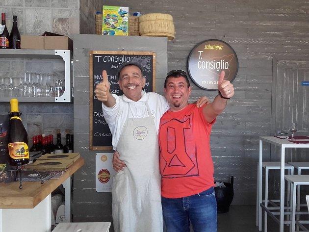 Majitel řecké taverny MASA BUKA Nikolaos Pappas na své milované Sicílii smajitelem bistra, který jej naučil několik receptů.