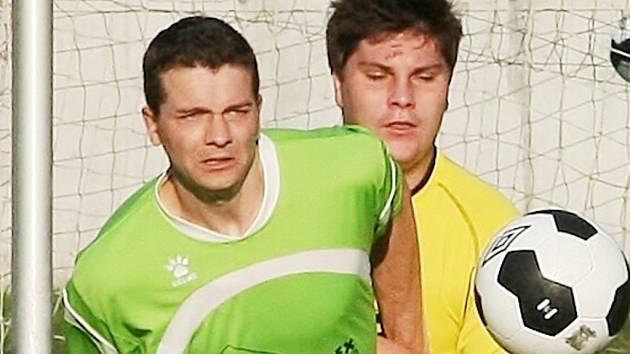 RAPID KONEČNĚ VYHRÁL. Porazil dost trapný Harrachov 4:0. Na snímku je vlevo domácí Petr Halama a za ním harrachovský Pavel David.