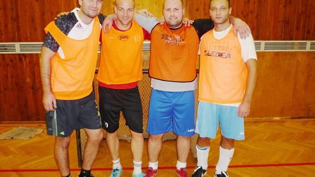 LETOŠNÍ VÍTĚZOVÉ TURNAJE NA SPŠSE E4 2004. Zleva Křehlík, Jahoda, Kulhavý, Vacek.