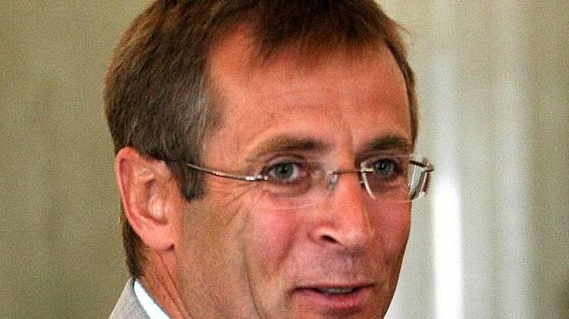 ROMAN KUMPOŠT na včerejší tiskové konferenci organizačního výboru 10. Zimního evropského olympijského festivalu mládeže 2011, jehož je čestným prezidentem.