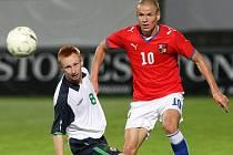"""ADAM HLOUŠEK (vpravo s číslem 10) v utkání reprezentační """"jednadvacítky"""" v Jablonci proti Severnímu Irsku. Vlevo Robert Garrett."""