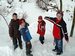 ZACHRÁNCI. Marek Kasinec, Patrik Dufek, Dominik Koudela a Michal Patka (zleva) prokázali velkou odvahu, když vytáhli z ledové vody pětiletého Jirku Kasince.