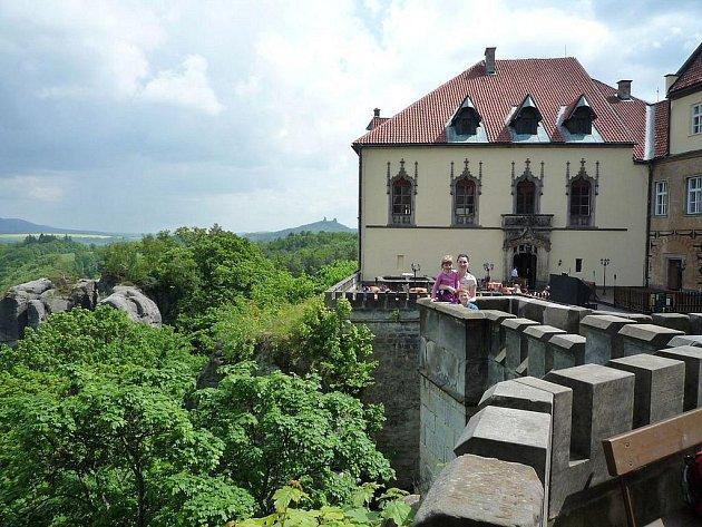 HRUBÁ SKÁLA LÁKÁ OKOLNÍ SCENERIÍ A KRÁSNÝMI TURISTICKÝMI CESTAMI. Vydat se po nich můžete k Valdštejnu, Turnovu, rybníkům Vidlák či Nebák, anebo na romantickou zříceninu skalního hradu Trosky, která je nedaleko Hrubé Skály.