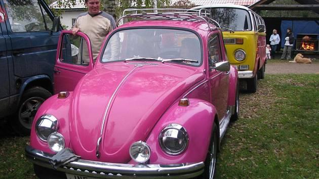 Pavel Krása s manželkou a svým VW.