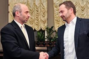 Jan Korytář (Změna) s Tiborem Batthyány (ANO) při podpisu koaliční smlouvy.