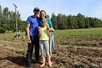 Ruční sklizeň brambor. Melánie Matějka se svým manželem Štěpánem a dcerou.