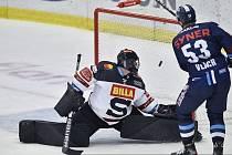 Liberecký útočník Jaroslav Vlach právě překonává sparťanského brankáře Matěje Machovského.