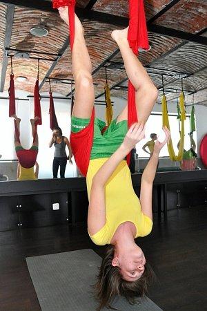 AY FLY TRAINING. Na hodinách létací jógy se nejen protáhnete, ale izaposilujete a zapojíte svaly celého těla včetně vnitřních stabilizačních svalů.