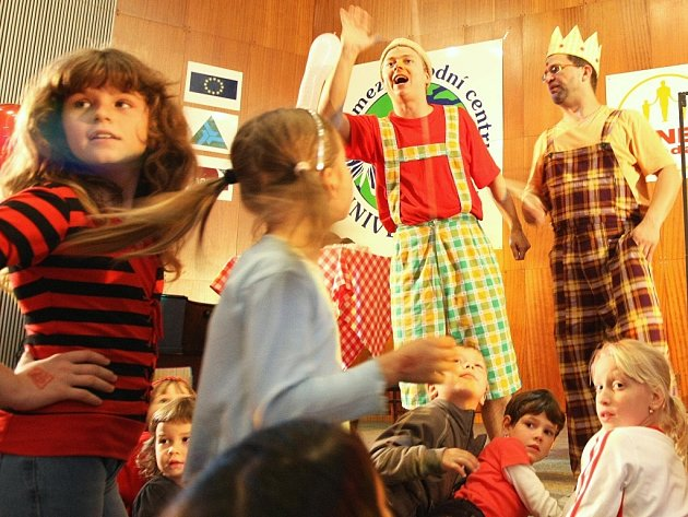 Divadlo Extrém z Prahy bavilo děti.