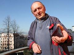 Josef Kutman dnes, po 45 letech. V ruce drží jedinou památku, která mu po hvězdě zbyla, jedno z červených odrazových skel. Původně měl čtyři, ale časem mu zbyla jen poslední.