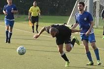LETECKÝ DEN JERIEHO. Ofenzivní hráč libereckého Rapidu letí za míčem, protože jej přistrčil doubský Beneš.