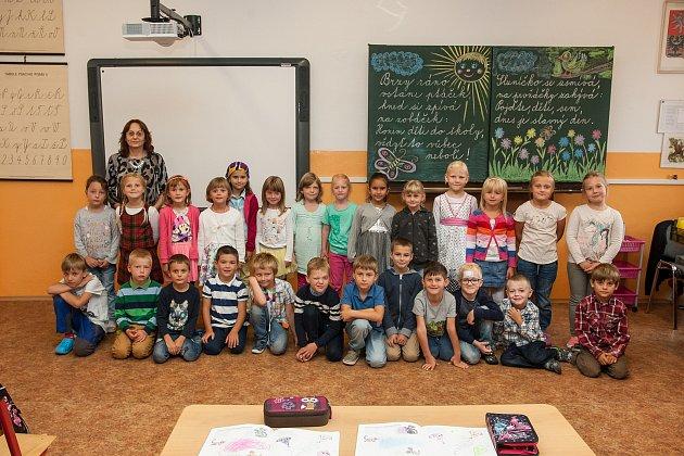 Prvňáci ze základní školy Liberec, nám. Miru 212/2, se fotili 8.září do projektu Naši prvňáci. Na snímku je snimi třídní učitelka Libuše Procházková.