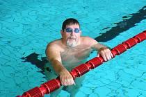 JAKO RYBA VE VODĚ. Petr Pešek z liberecké Slávie dokáže plavat zdatně i ve svých 65 letech.