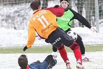 lavický Michal Zeman, střelec gólu v sobotním utkání, prověřuje českolipského gólmana Chadrabu.