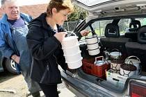 NĚKTEŘÍ ROZVÁŽEJÍ OBĚDY. Někteří lidé, kteří vykonávají na Českolipsku veřejně prospěšné práce, rozvážejí obědy starým nebo nemocným lidem, ale také třeba ženám na mateřské dovolené.
