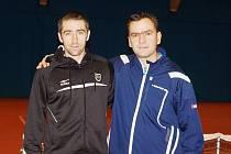 NEHRAJÍCÍ KAPITÁN A HVĚZDA TÝMU. Vlevo německý tenista Benjamin Becker, vedle něj trenér Jan Stočes.