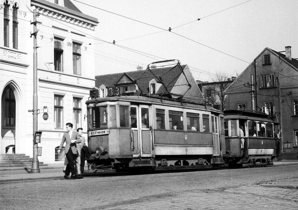 Archivní snímek, zachycující tramvaj Bovera za provozu v Ústí nad Labem.