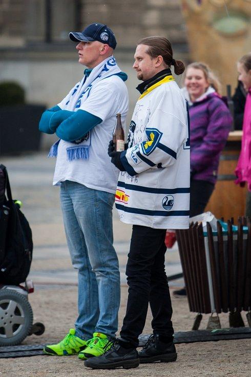 Fanoušci hokejových Bílých Tygrů mohli sledovat všechny zápasy finále extraligy na velkoplošné obrazovce umístěné na náměstí Dr. E. Beneše. Na snímku fanoušci ze dne 19. dubna při sledování čtvrtého finálového zápasu.