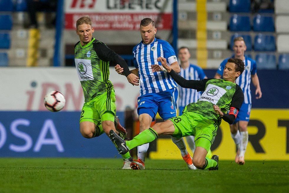 Zápas 14. kola první fotbalové ligy mezi týmy FC Slovan Liberec a FK Mladá Boleslav se odehrál 5. listopadu na stadionu U Nisy v Liberci. Na snímku vlevo je Michal Hubínek, vpravo Lukáš Hůlka.