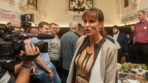Radka Loučková Kotasová ve volebním štábu Starostů pro Liberecký kraj na snímku z 6. října v Radničním sklípku v Liberci.