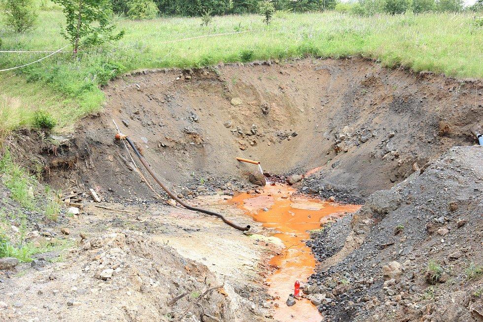 Voda vytékající z výsypky bývalého lom Hájek.