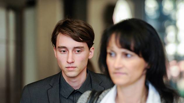OBŽALOVANÝ ONDŘEJ ŠINÁGL přichází do jednací síně Krajského soudu v Liberci. Hrozí mu osmnáct let vězení. Foto: