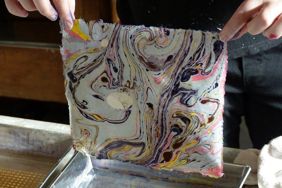 Ruční papírna Papyreaje rodinná manufakturav malebnémzákoutíJeštědského hřebene, vesnici Zdislava.