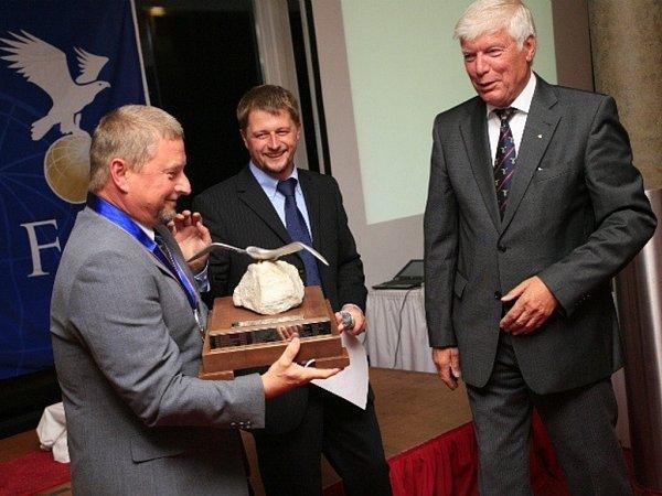 Jiří Jakeš přebírá cenu pro mistra světa vpřesnosti přistání vněmeckém Bautzenu.