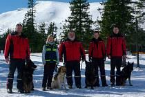 ČLENOVÉ ZÁCHRANNÉHO Sboru dobrovolných hasičů Hejnice v čele s velitelem Františkem Schejbalem na záchranné misi v ukrajinských horách.