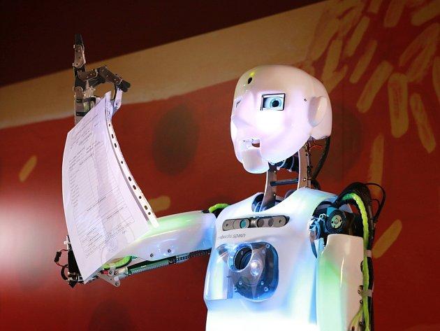 Úplně poprvé vČR předával pololetní vysvědčení čtvrťákům a páťákům tamní humanoidní robot Thespian.