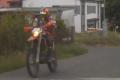 Po srážce s bezohledným motorkářem skončil policista v nemocnici.