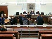 Soudní proces pokračoval v deset hodin. Foto z mobilu.
