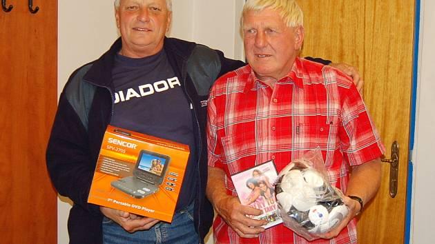 Vlevo Ota Petráček, vedle Josef Kepr. Oba s cenami pro vítěze.