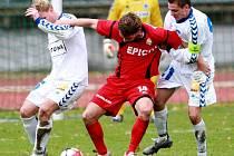 LONI NA PODZIM vyhrála Hlavice v Liberci nad rezervou Slovanu 2:0. Na snímku se prosazuje přes liberecké hráče Novotného (vlevo) a Štíchu hlavický Milan Ujec.