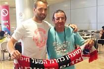 KLASIKA S FANOUŠKEM. Přemek Kovář, držící šálu Hapoelu Haifa, je pochopitelně ten muž vlevo.