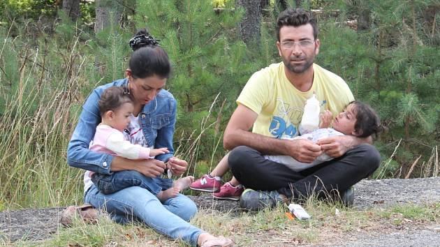 SYRSKÁ RODINA V JEZOVÉ. Jedni z mnoha uprchlíků, kteří v těchto týdnech našli azyl v uprchlickém táboře. Ilustrační snímek.