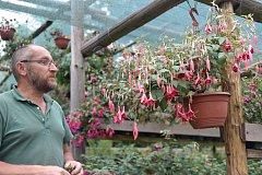 Jiří Pevný s manželkou mají na zahradě v Liberci přes 1000 kultivarů fuchsií. Každý rok otvírají svůj domov a pořádají jednu z největších výstav fuchsií v Čechách.