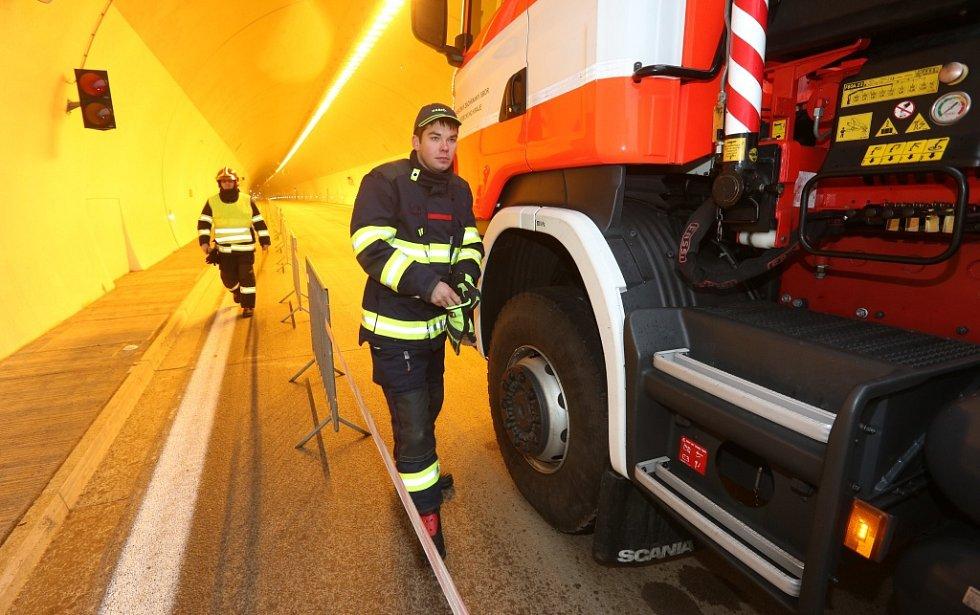 Požár dvou aut likvidovali hasiči v tunelu Radejčín na dálnici D8. Ale jen jako.