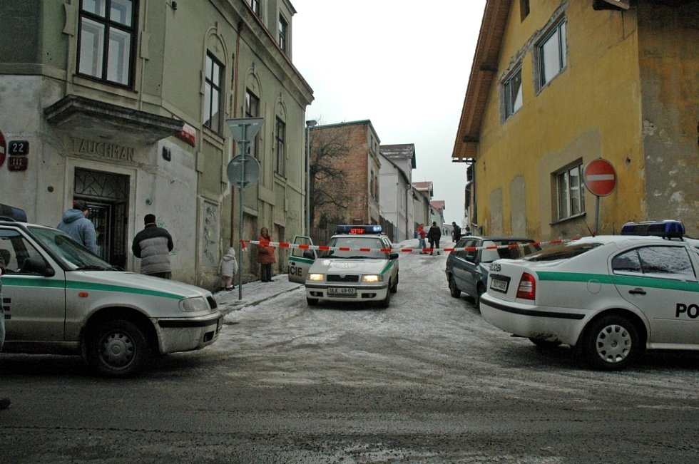 Policie ulici zcela uzavřela.