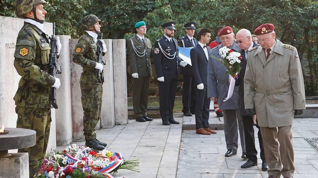 Pietní akt kladení věnců ke Dni válečných veteránů na ruprechtickém hřbitově v Liberci.