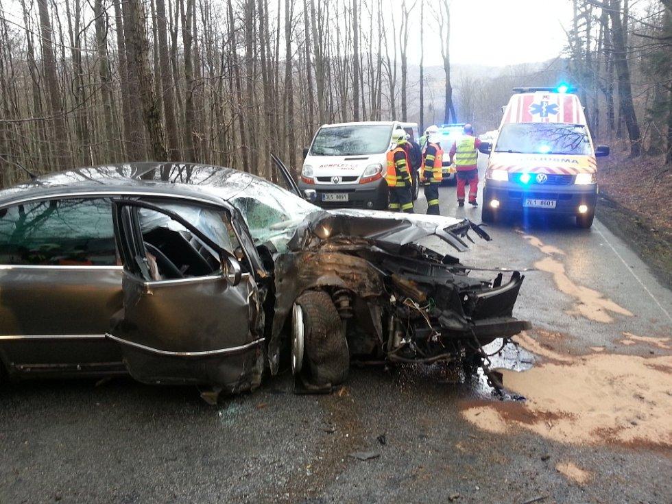 Osobní auto narazilo do stromu. Nehoda se stala na silnici do Raspenavy. Foto z mobilu.