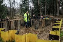 Zástupci kraje si prohlíží trhací jámu, která slouží k likvidaci munice do pěti kilogramů. V Hajništi se ale munice hlavně skladuje.