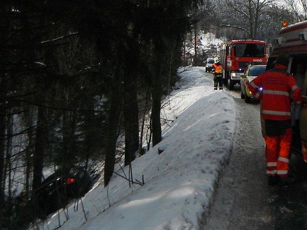 AUTO SPADLO PĚT METRŮ ZE SILNICE DOLŮ DO ÚDOLÍ. Na místě zasahovaly dvě hasičské jednotky z Tanvaldu a Jablonce nad Nisou. Nikomu se naštěstí nic vážného nestalo.