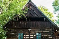 Jíslova rychta v Trávníčku na Českodubsku patří k nejhonosnějším zástupcům lidové architektury této oblasti. Ač je v zuboženém stavu, zůstalo v ní zachováno vše jako v 19. století. Včetně černé kuchyně nebo pece.